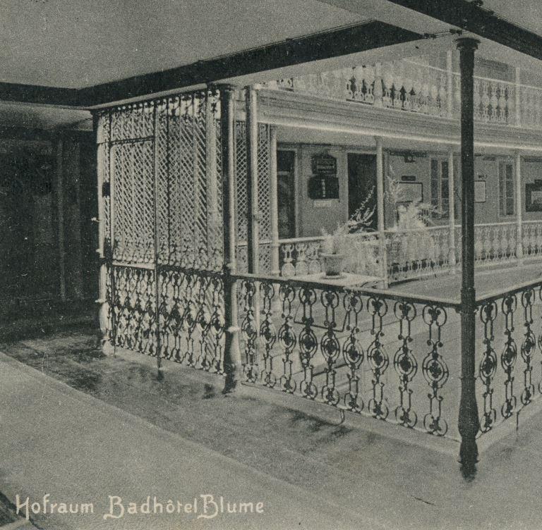 Scherengitter und Lifttüre, Postkarte vor 1915; Archiv Hotel Blume.