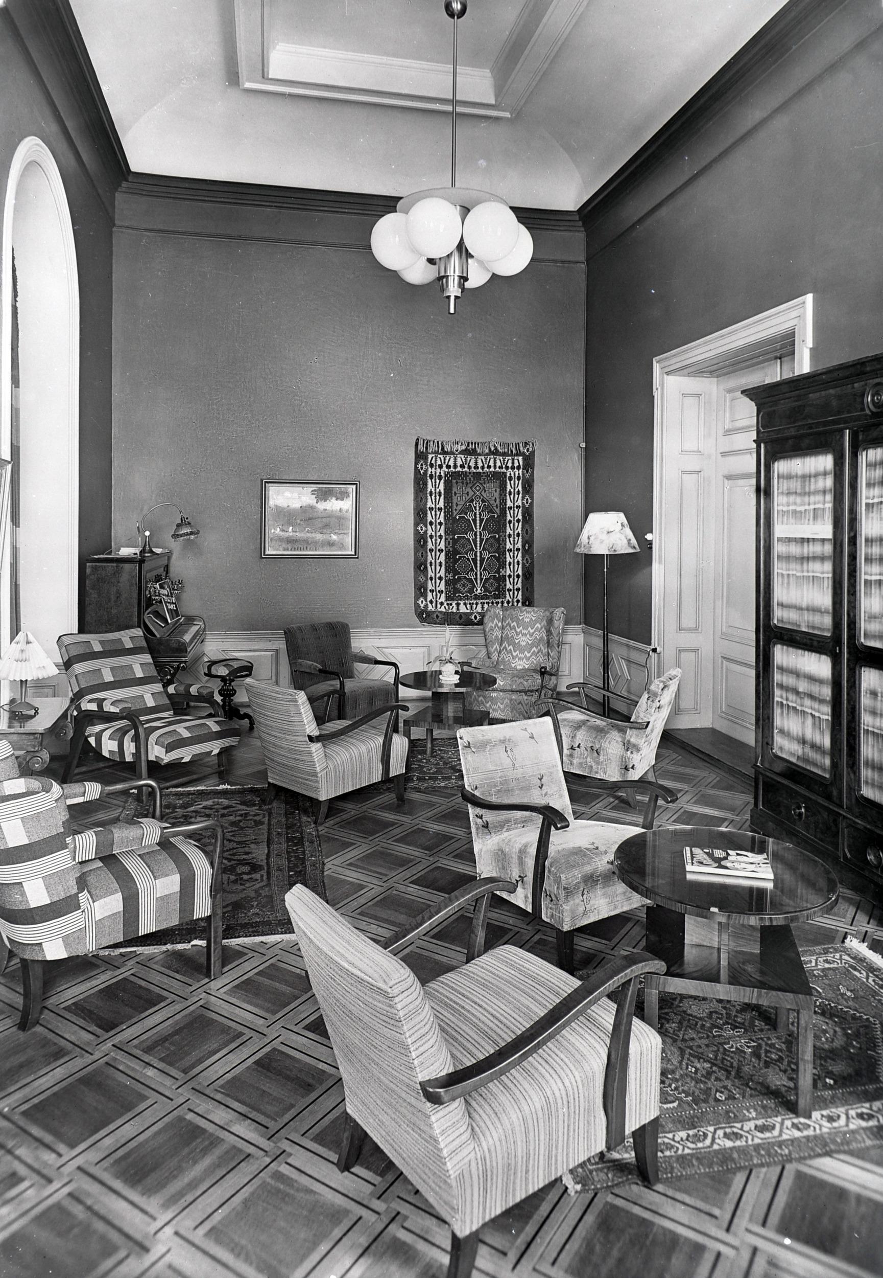 Der Damensalon Mitte des 20. Jahrhunderts. Die Dekorationsmalereien sind verschwunden. Historisches Museum Baden, Glasnegative, Q.11.1.12.27.