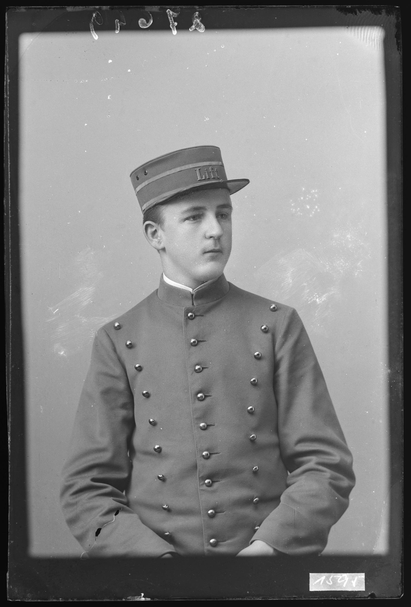 Liftboy im Grand Hotel Baden; Foto um 1900; Stadtarchiv Baden, Fotohaus Zipser, Q.12.1.1595, CC BY-SA 4.0.