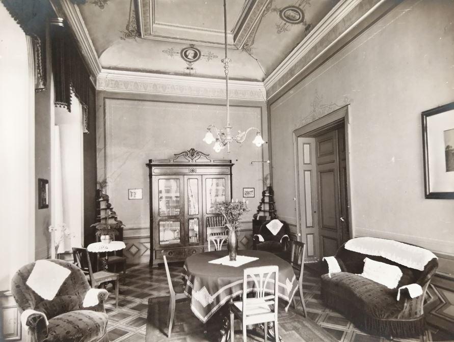 Hier wurden die Götter-Statuetten ausgestellt: Der Damensalon im Atrium-Hotel Blume.