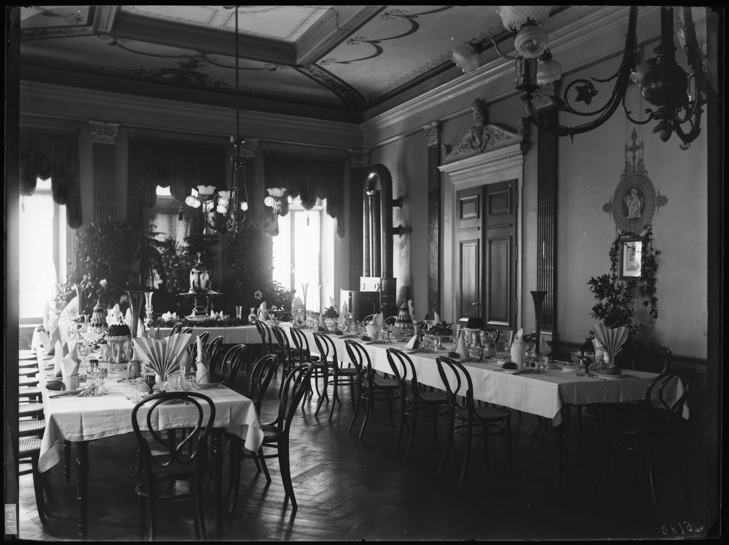 Der Speisesaal mit Bankettdekoration, um 1900; Historisches Museum Baden, Fotohaus Zipser, Q.12.1.1143, CC-BY-SA-4.0.